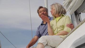 senior paar op zeilboot samen. geschoten op rood episch voor hoge kwaliteit 4k, uhd, ultra hd-resolutie. video