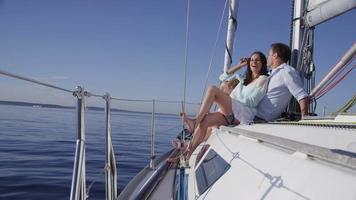 jong koppel op zeilboot samen. geschoten op rood episch voor hoge kwaliteit 4k, uhd, ultra hd-resolutie. video