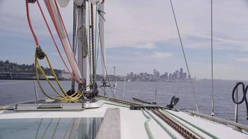 zeilen op zeilboot. geschoten op rood episch voor hoge kwaliteit 4k, uhd, ultra hd-resolutie. video
