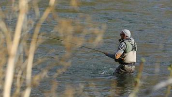 man vliegvissen in de rivier video