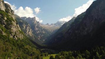 vallei op een zonnige dag tussen de bergen van de alpen, val di mello, lombardije, italië video