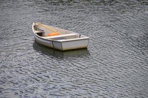 Barcos de madera cerca de un muelle en el puerto. foto