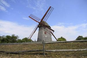 Molino de viento tradicional en Holanda, molino de viento con brazos giratorios foto