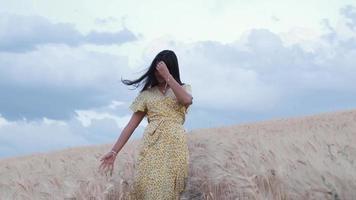 ung kvinna som går genom fältet video