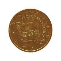 Moneda de 50 centavos, unión europea, chipre aislado sobre blanco foto