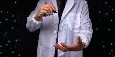 médico que muestra información del tratamiento. foto