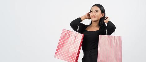 concepto de compras de mujer. felizmente niña y bolsas de compras foto