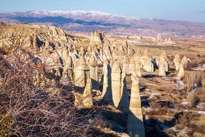 chimeneas de cuento de hadas en Capadocia con cielo azul de fondo. valle del amor en capadocia foto
