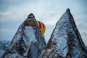 Capadocia, Turquía, 2021: globos aerostáticos sobrevolando Capadocia foto