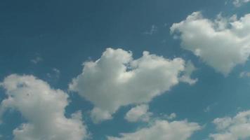 nuages propres se déplaçant dans le ciel bleu video