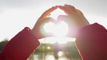 bouchent la main d'une femme asiatique avec la lumière du soleil pendant le coucher du soleil qui descend. beau cliché du jour, belle journée et bon week-end. concept de coucher de soleil et de rivière. moment romantique video