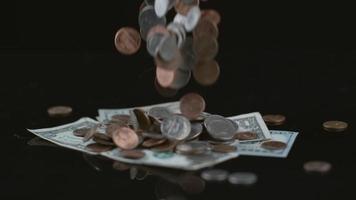 monedas cayendo en cámara lenta. filmado en phantom flex 4k a 1000 fps video