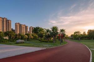 pista roja para caminar en el parque de la ciudad foto