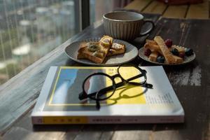 la hora del té de la tarde, té negro con pan foto