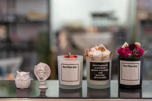 un pequeño pastel con motivos florales hechos a mano foto