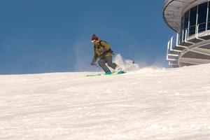 grandvalira, andorra, 03 de enero de 2021 - joven esquiando en los pirineos en la estación de esquí de grandvalira foto