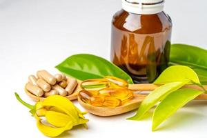medicina alternativa cápsula orgánica a base de hierbas con vitamina e omega 3 aceite de pescado, mineral, medicamento con hierbas, hojas, suplementos naturales para una vida sana y buena foto