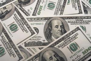 un montón de billetes de cien dólares. concepto económico y financiero de américa foto