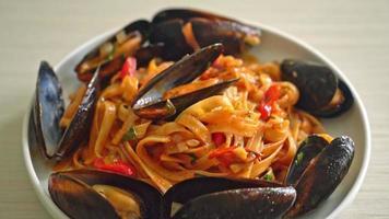 espaguete macarrão vongole vinho branco com mexilhões video