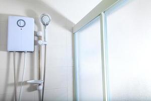 baño, calentador de agua en la ducha foto