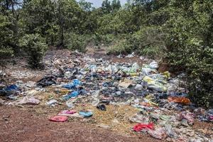 choque cultural, basura y pobreza en goa, india foto