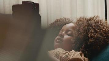 girl, coucher divan, regarder tablette, et, sourire video