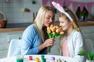 madre e hija huelen tulipanes foto