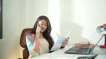contador asiático trabalhando em casa video