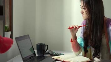 contadora asiática trabalhando em casa video
