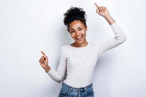 Feliz, joven mujer se regocija sinceramente sobre un fondo blanco. foto