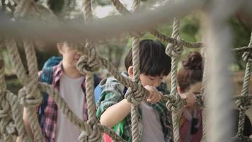 famille asiatique s'amusant en vacances video