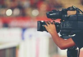 Enfoque suave y borroso de camarógrafo profesional y operador de cámara de video que trabaja con su equipo profesional. foto