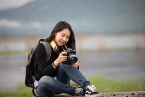 sian mujeres jóvenes personas caminando con amigos mochilas caminando juntos y mirando el mapa y tomando una cámara de fotos en la carretera y luciendo feliz, tiempo de relax en concepto de vacaciones viajes