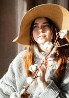 Retrato de una bella mujer joven con un sombrero de paja con un patrón de sombra en la cara y el cuerpo foto