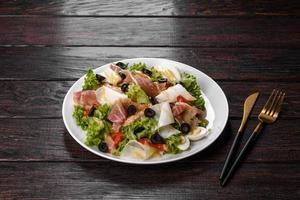deliciosa ensalada fresca con tocino para la mesa festiva foto