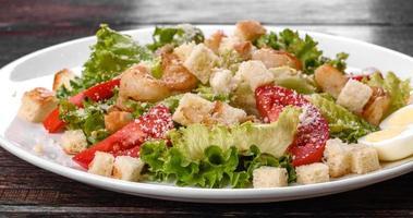 deliciosa ensalada fresca con camarones para la mesa festiva foto