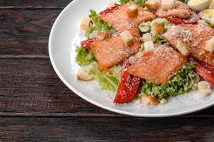 deliciosa ensalada fresca con pescado rojo para la mesa festiva foto