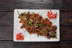 Delicioso udon fresco con fideos de ternera y arroz con especias y verduras foto
