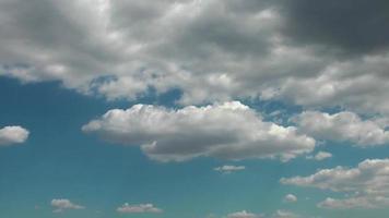 laps de temps de ciel bleu d'été video