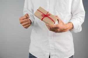 mano que sostiene la caja de regalo, caja de regalo de año nuevo, caja de regalo de Navidad, espacio de copia. Navidad, año nuevo, concepto de cumpleaños. foto