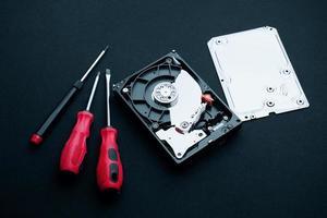 destornilladores, conceptos de reparación de unidades de disco duro descubiertas foto