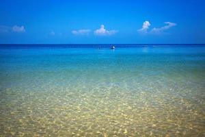 playa tropical, mar de andaman, krabi, tailandia. foto