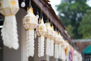 linterna lanna o lámpara de papel en wat phra that chae haeng, nan tailandia foto