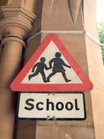 cartel de la escuela en una pared foto