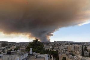 15 de agosto de 2021 dos bomberos israelíes poniendo foto