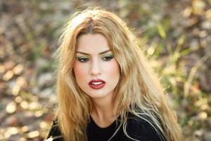chica relajada tendida en el campo con el pelo largo y rizado. foto