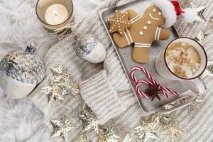Chocolate caliente con malvavisco sobre fondo de lana foto