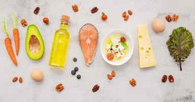 concepto de dieta cetogénica baja en carbohidratos. ingredientes para la selección de alimentos saludables sobre fondo de hormigón blanco. foto
