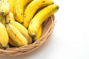plátanos amarillos frescos en la canasta foto