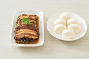 panceta al vapor con recetas de cubbage de mostaza swatow o mei cai kou rou foto